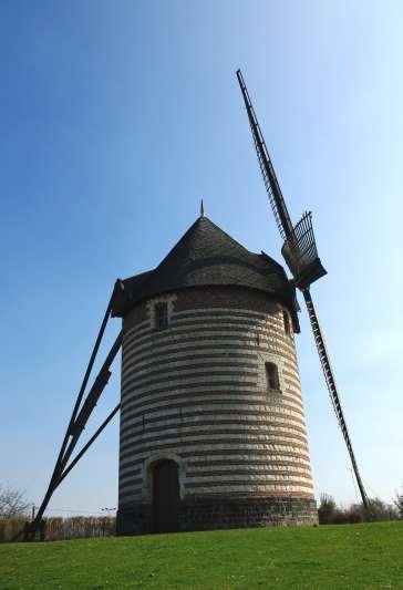 vue de côté du moulin à vent porte fenêtres