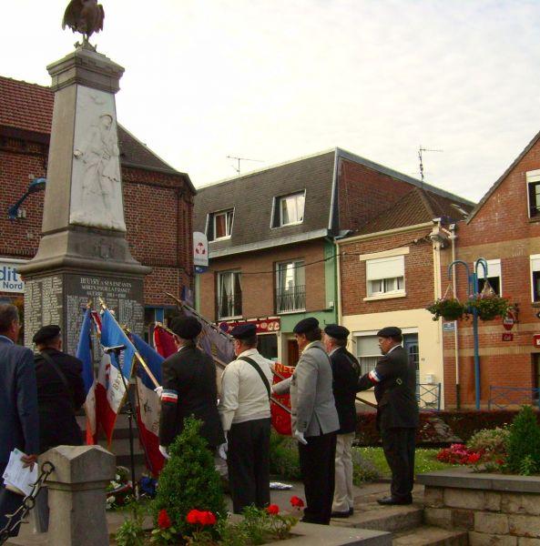 salut des drapeaux au monument