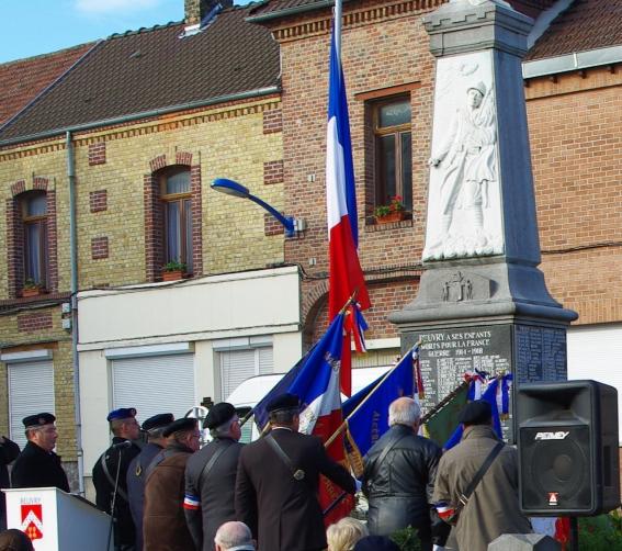 11 11 2009 salut des drapeaux au monument.jpg