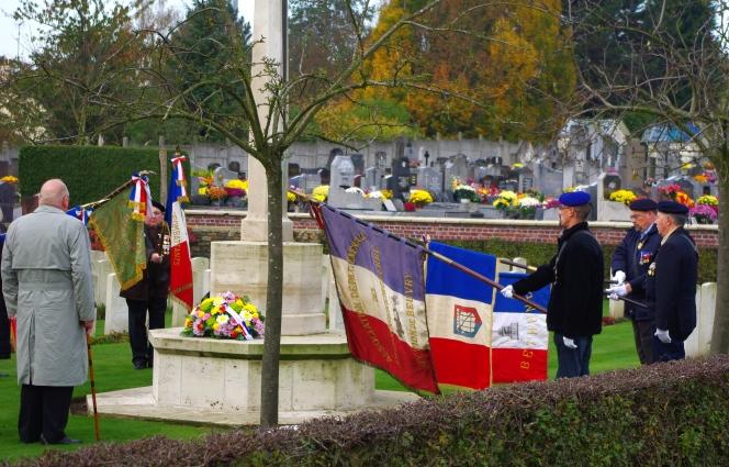cimetière beuvry centre salut drapeaux.jpg