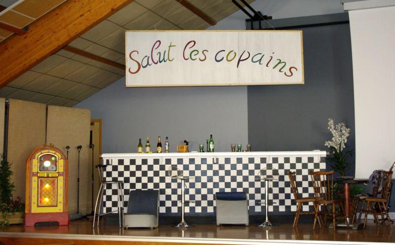 nouveau décors pour le café des sports, devenu le bar salut les copains