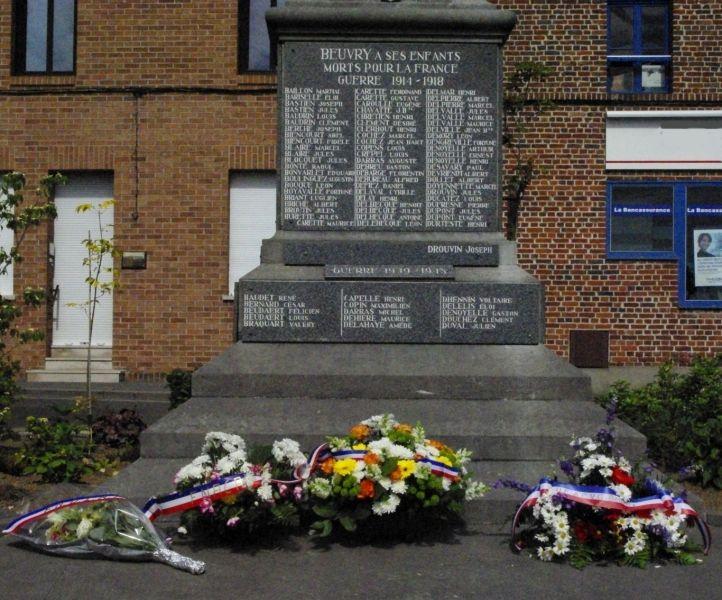 dépôt de gerbes monument aux morts